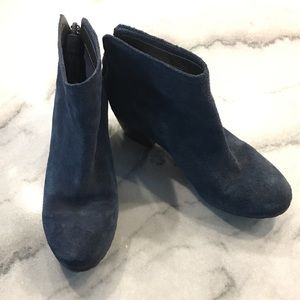 Kenneth Cole Reaction// Pil Age blue booties, 8